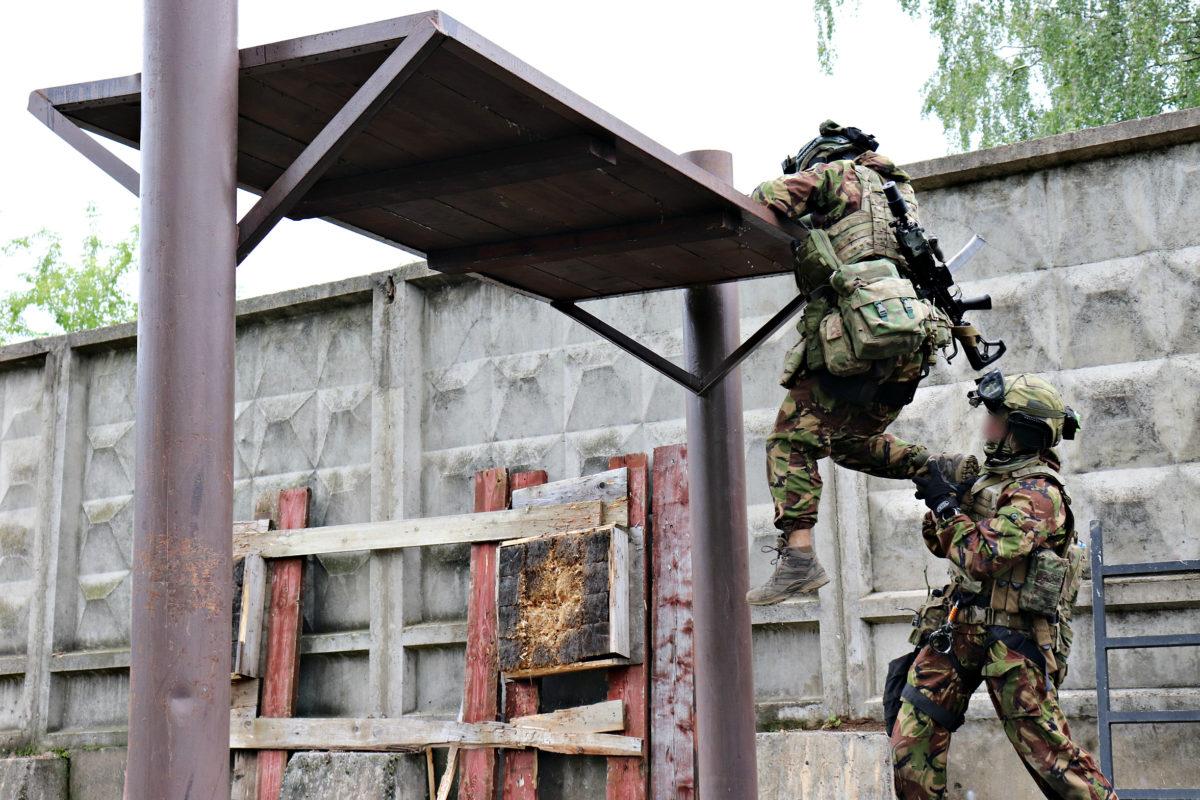 Спецназ проходит полосу препятствий